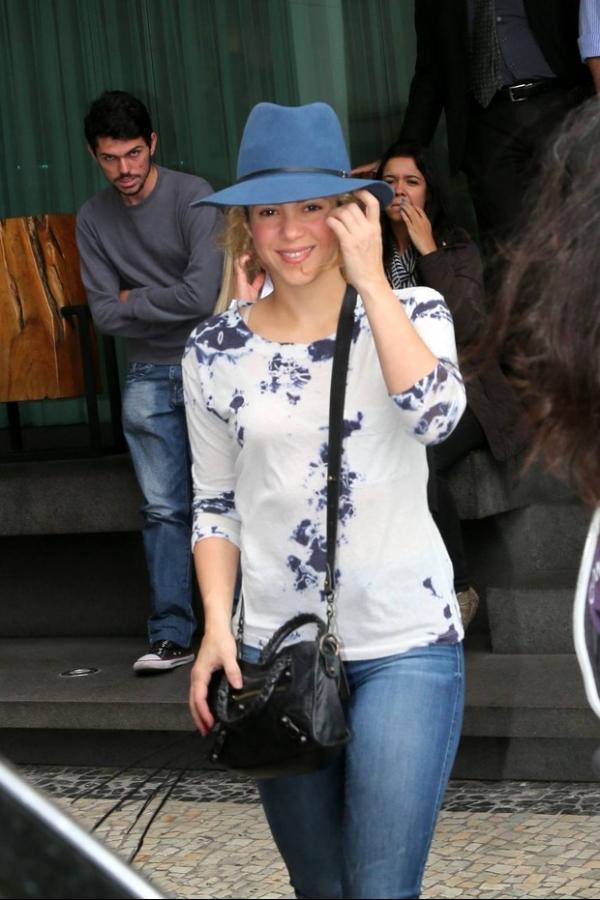 Shakira deixa hotel sorridente e sem o filho no Rio
