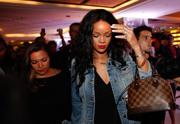 Anitta se empolga para tietar Rihanna, mas ela faz cara de poucos amigos
