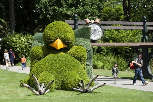 Artista faz escultura de