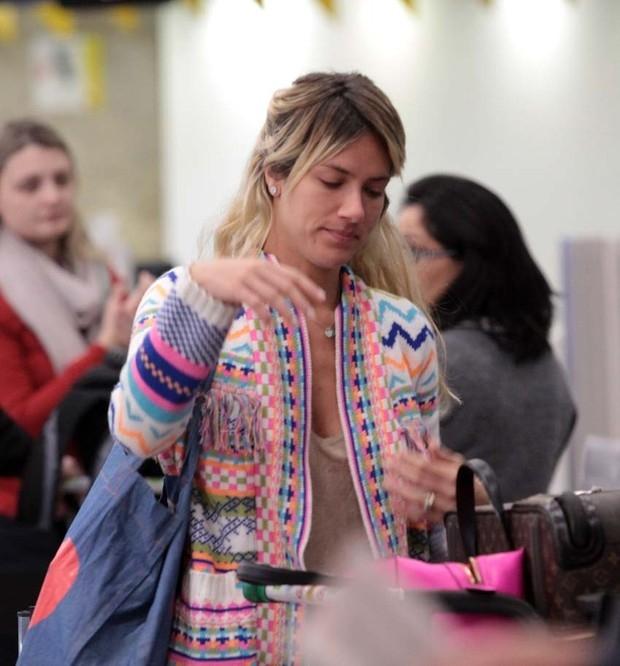 Com cara de sono, Giovanna Ewbank e Fiorella Mattheis viajam juntas