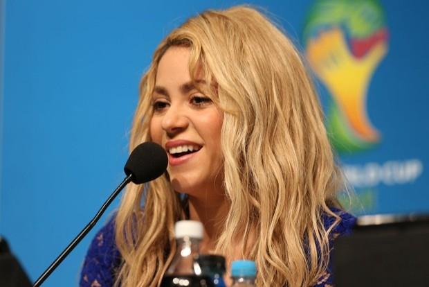Ivete Sangalo e Shakira posam com Fuleco no Maracanã