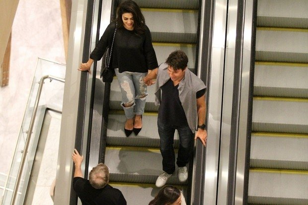 Juliana Paes usa calça jeans rasgada em jantar com marido, no Rio
