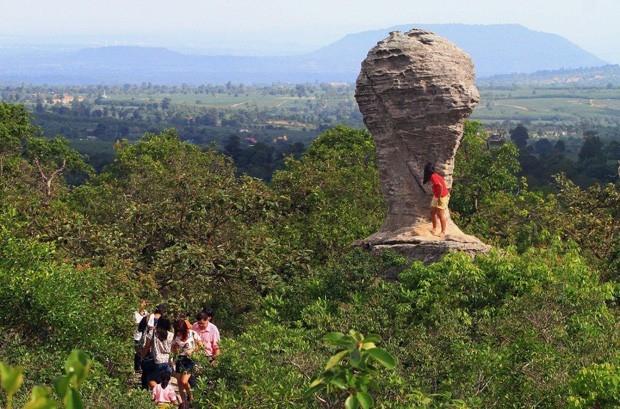 Rocha que lembra taça da Copa do Mundo atrai turistas na Tailândia