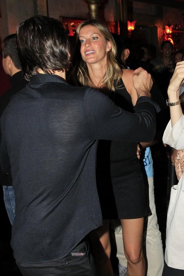 Gisele Bündchen e Tom Brady jantam com famosos na Barra da Tijuca