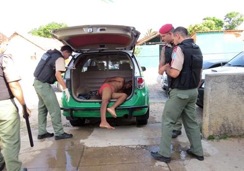 Homem que defeca na casa de suas vítimas é preso pela PM