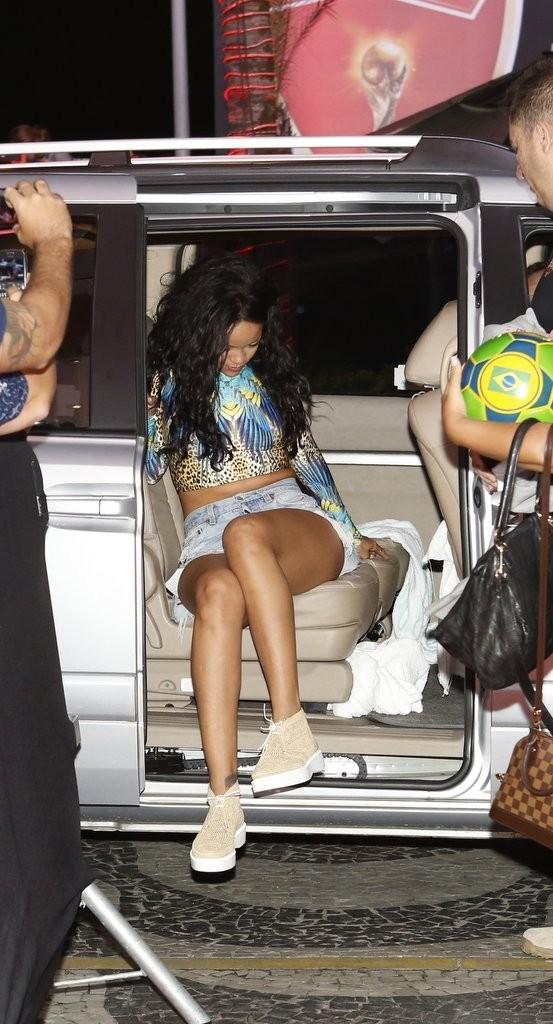 Rihanna faz passeio com amigas na praia e volta para hotel no Rio