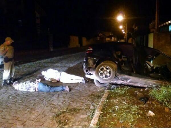 Suspeitos de atirar contra pedestres são presos após carro cair em vala