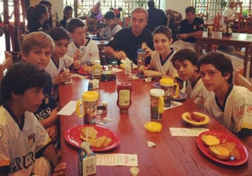 Gugu Liberato toma café da manhã com o filho antes de jogo de futebol na Disney