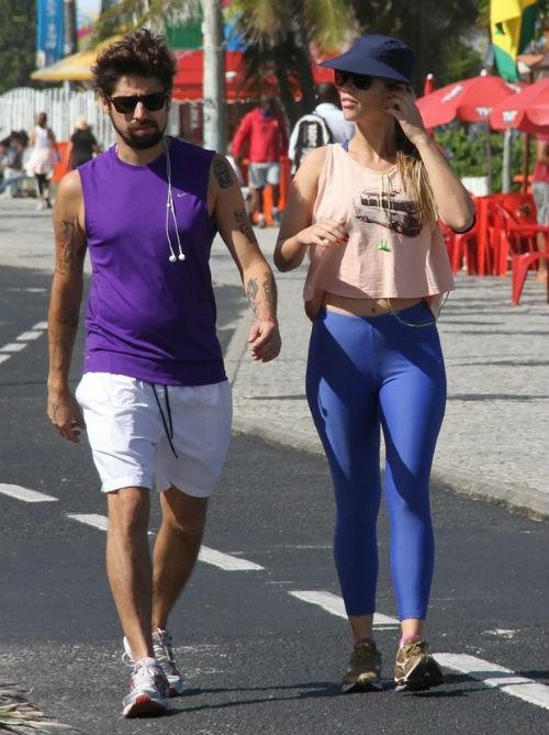 Juliana Didone troca carinhos com o namorado durante caminhada