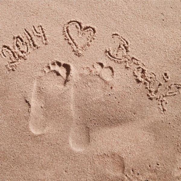 Mats Hummels e namorada declaram amor ao Brasil em desenho na areia