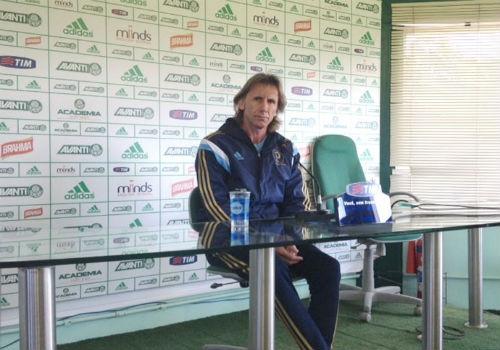 Técnico argentino do Palmeiras não vê crise e acha