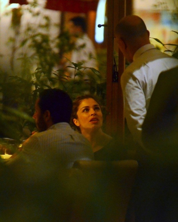 Grazi Massafera janta com amigos em shopping do Rio
