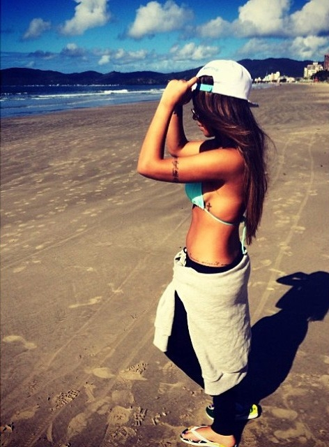Rafaella Santos esconde a barriga em foto ao lado de amiga