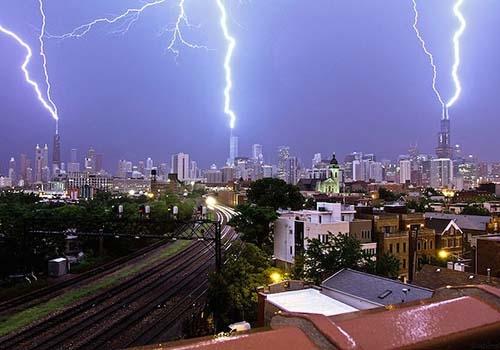 Raios atingem os três edifícios mais altos de Chicago ao mesmo tempo