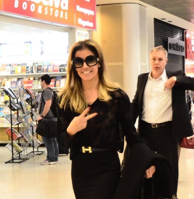 Deborah Secco viaja toda de preto e com transparência em aeroporto