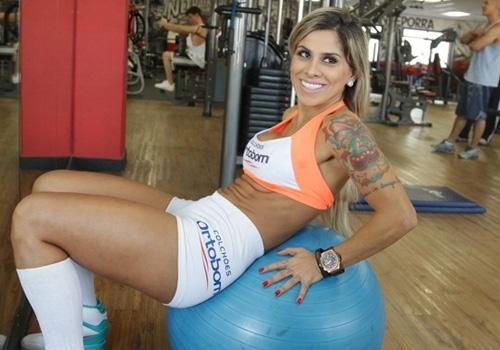 Ex-BBB Vanessa Mesquita mostra curvas e retorna como ring girl