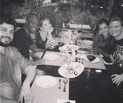 Thiaguinho e Fernanda Souza almoçam com Thais Fersoza e Michel Teló