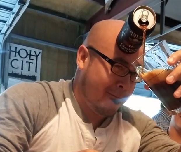 Americano careca impressiona ao servir cerveja usando a testa