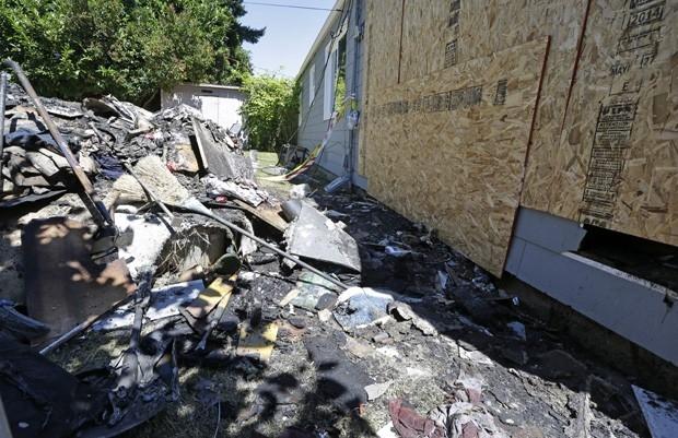 Americano tenta matar aranha com lan軋-chamas e p fogo na casa
