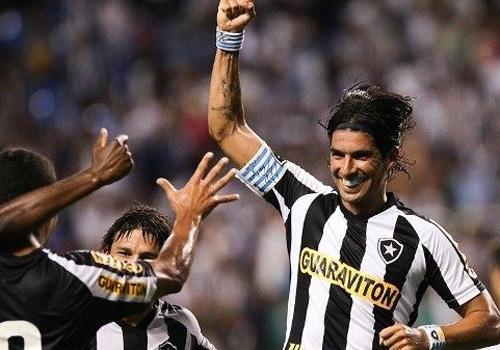 Botafogo trata volta de Loco Abreu como