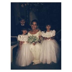 Bruna Marquezine posa vestida de noiva e Neymar curte