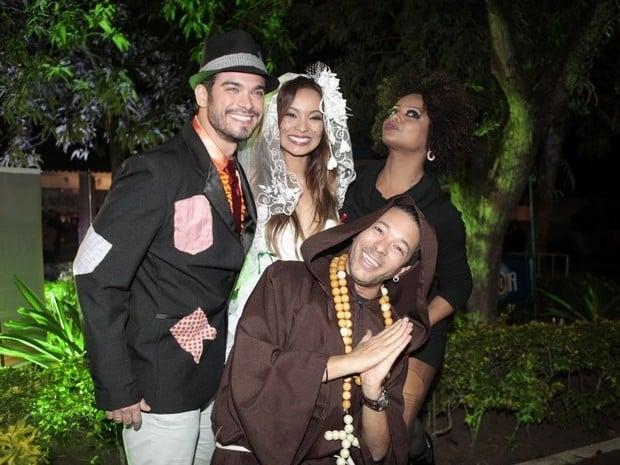 Carol Nakamura e Sidney Sampaio se casam em festa julina: