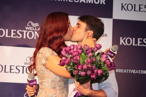 De look novo, Ivete Sangalo recebe o carinho do marido
