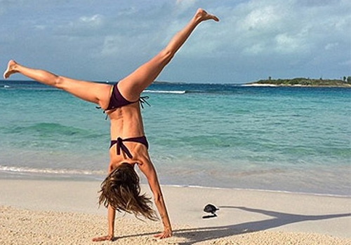 Gisele Bündchen dá piruetas em praia paradisíaca e comemora: