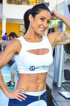 Scheila Carvalho posta foto com a barriga sarada e diz que n縊 vai ficar igual Garcy Barborsa