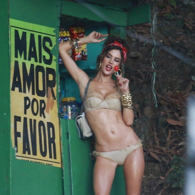 Alessandra Ambrosio manda beijinho no ombro com crianças do Morro do Vidigal