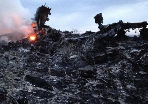 Ap queda de avi縊, parentes dos 298 mortos do Boeing 777 chegam ao aeroporto da Mal疽ia