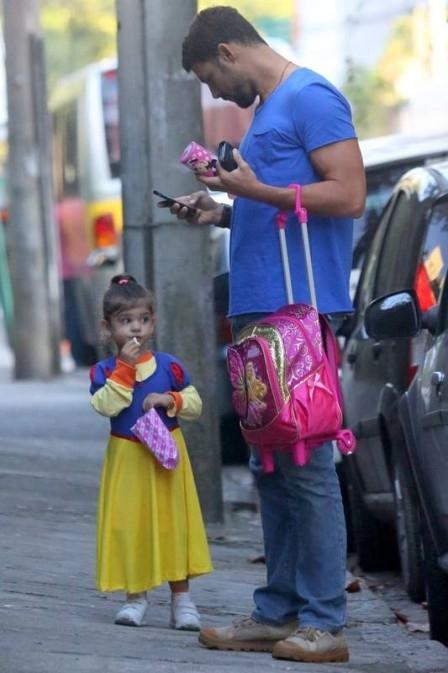 Cau e Grazi passam o dia com Sofia na adapta鈬o  escola no Rio