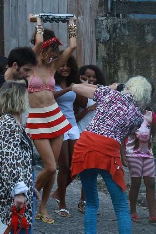 De sainha e biquíni, Alessandra Ambrósio sensualiza no Vidigal
