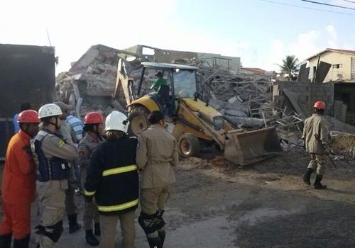 Bombeiros localizam família viva em escombros de prédio que desabou