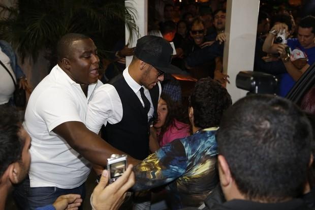 Neymar assiste último capitulo de novela com Bruna Marquezine e é atacado por fãs