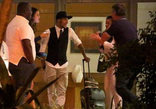 Neymar sai de festa direto para a casa de Bruna Marquezine e mostra intimidade com a família da atriz