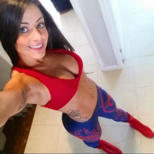 Aline Riscado faz selfie de top decotado