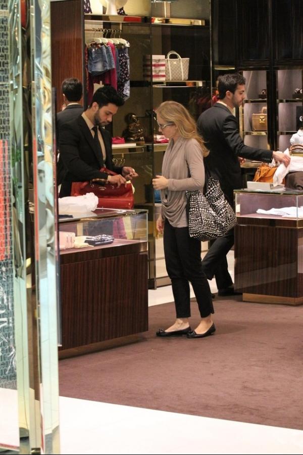 Angélica aproveita folga e curte shopping com seus filhos