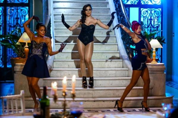 Anitta usa meia à la Beyoncé em body cavado para gravar clipe