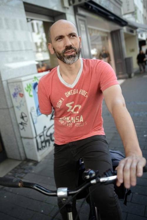 Ciclista amputado recebe multa por pedalar só com uma mão