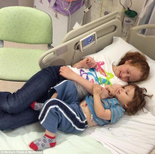 Criança salva a vida de irmão com doença rara doando medula óssea