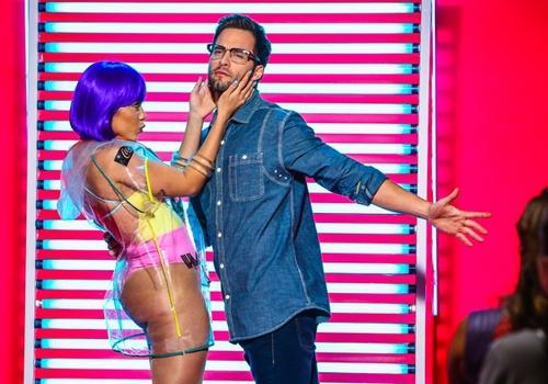 Inspirada em Beyoncé, Anitta usa meia e body cavado para gravar clipe
