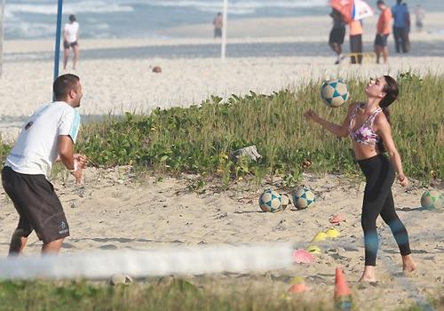Isis Valverde faz embaixadinha em praia do Rio e mostra corpão