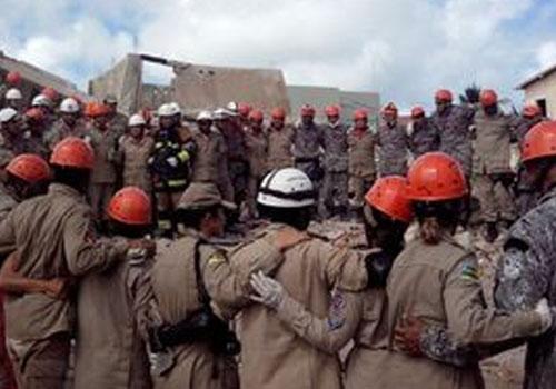 Bebê resgatado de escombros de prédio que desabou morre em Aracaju