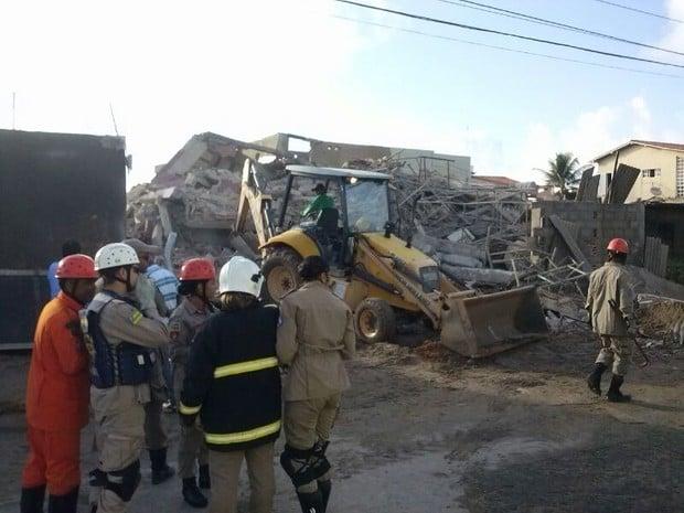 Bombeiros conseguem ver família soterrada pela 1° vez e entregam água