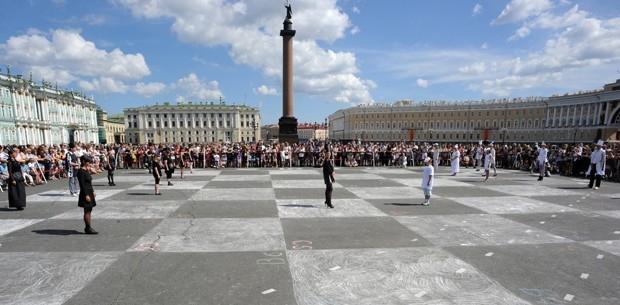 Cidade russa promove jogo de xadrez humano