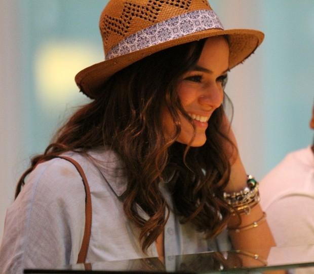 De minissaia, Bruna Marquezine toma sorvete com amigos no Rio