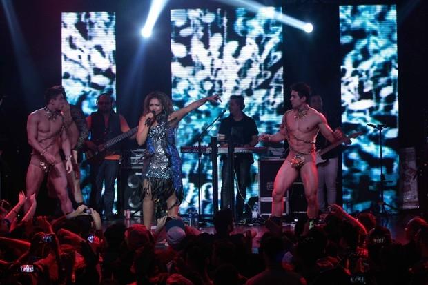 Gaby Amarantos faz show em São Paulo com dançarinos seminus