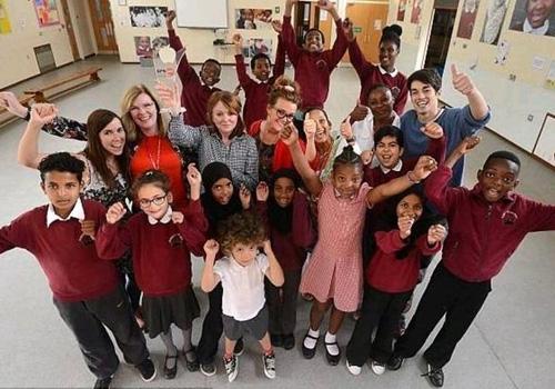 Melhor escola da Inglaterra tem mais alunos imigrantes e de baixa renda