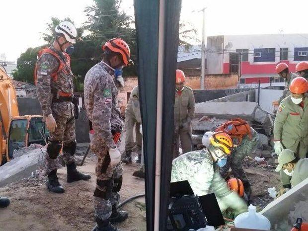Resgate de família soterrada em prédio dura mais de 30 horas